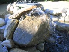izvir vode ob skalci