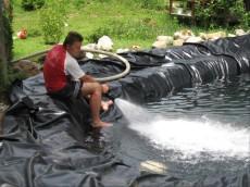 polnjenje ribnika z vodo