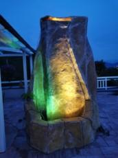 naravna skala izdelana iz umetne mase
